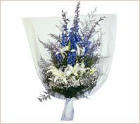 Ramo de delphiniums azules y liliums ó azucenas