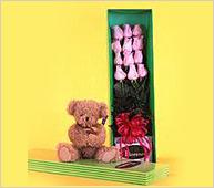 Rosas premium con osito de peluche en caja de regalo