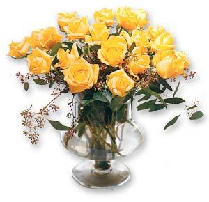 Una docena de rosas amarillas en florero