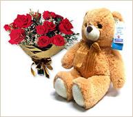 Oso grande con ramo de rosas rojas