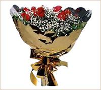 Doce rosas rojas importadas en ramo redondo dorado.