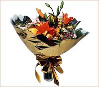 Ramo redondo de flores variadas.
