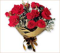 Doce rosas en ramo redondo