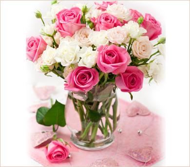 Ramo de rosas de color rosa  y blanco en florero